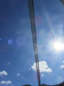 FIGURA 4 - Il ponte tibetano lungo 90 m si staglia nel cielo azzurro di Laviano.